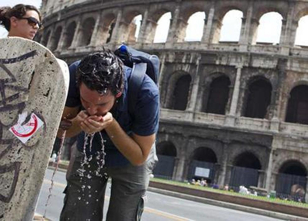 Turista si disseta a Roma per combattere il caldo