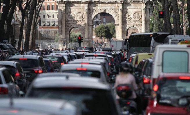 Traffico congestionato al centro di Roma