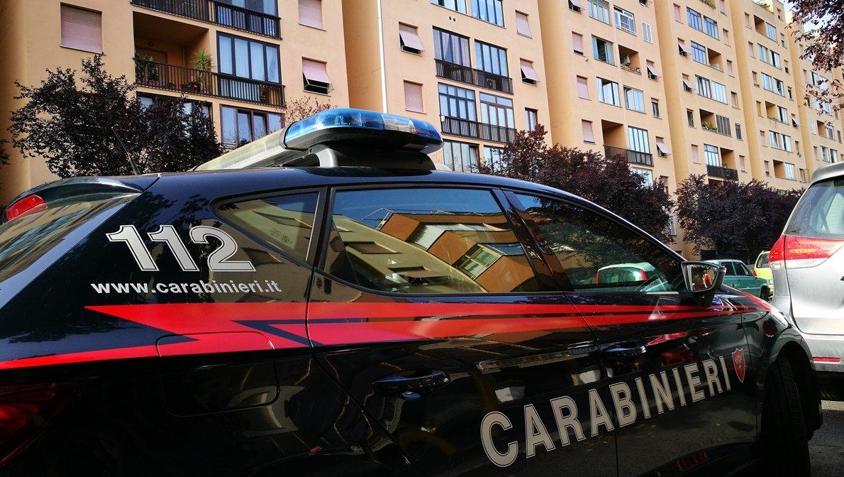 Coppia discute per strada e poi aggredisce i Carabinieri
