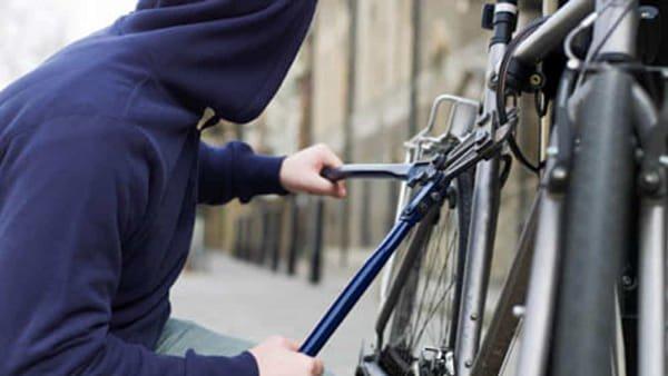 Ruba una bicicletta