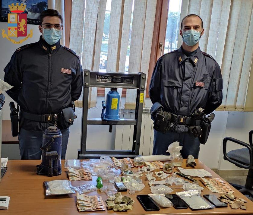 ROMA - Mamma e figlio nascondevano la droga