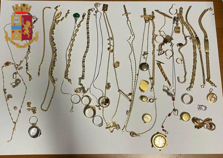 ROMA Ladri rubano oro e preziosi